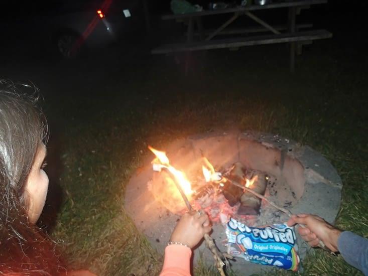 Petits chamallows grillés au coin du feu. Miam miam !