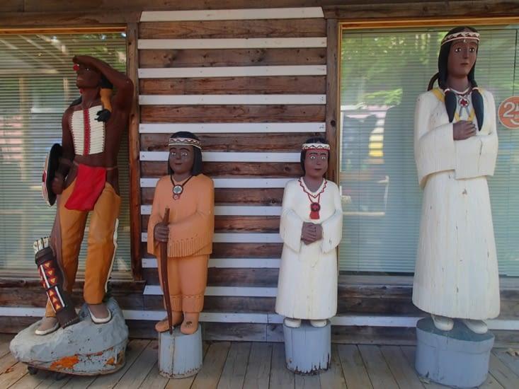 Famille de hurons à l'époque coloniale. On peut y voir Pocahontas à droite !