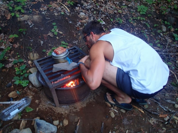Dernier repas au coin du feu. 1h pour faire le feu, 10min pour faire des pâtes trop cuites
