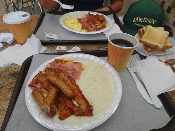"""Après un petit dodo, un """"bon"""" breakfast américain pour commencer la journée."""