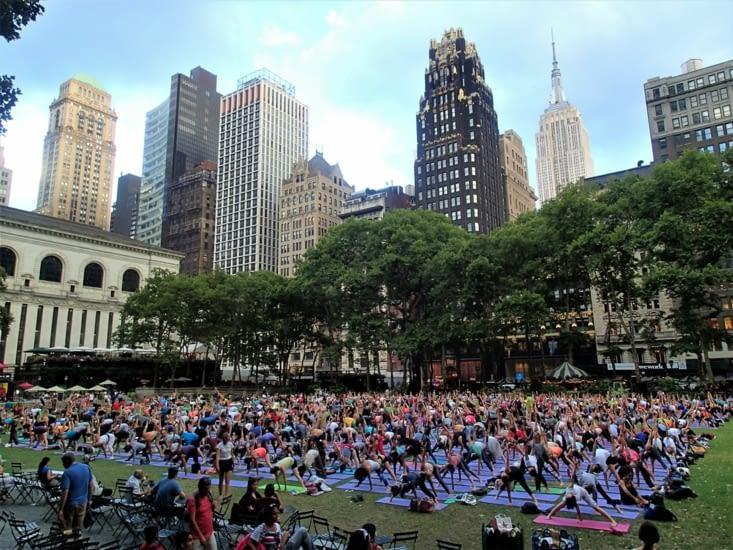 Séance de Yoga en plein air, gratuite et ouverte à tous. Sympa :-)