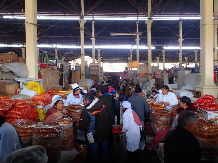 Marché de San Pedro. On trouve de tout ici : habits, nourriture, petits plats, etc
