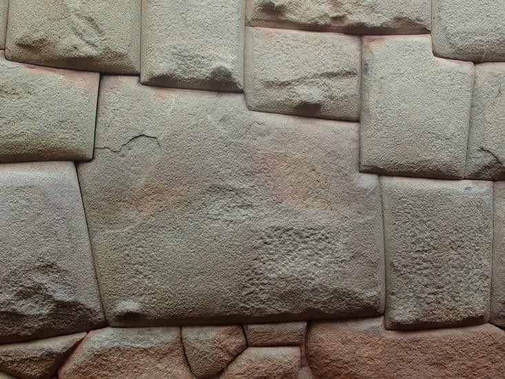 Pierre aux 12 angles d'un mur de construction Inca. Chaque pierre s'imbrique parfaitement