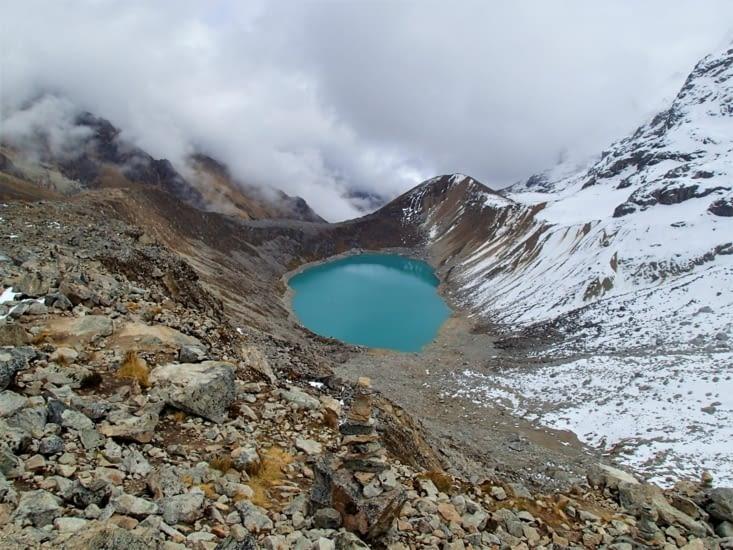 Lac au pied du glacier d'où sa couleur bleu turquoise.