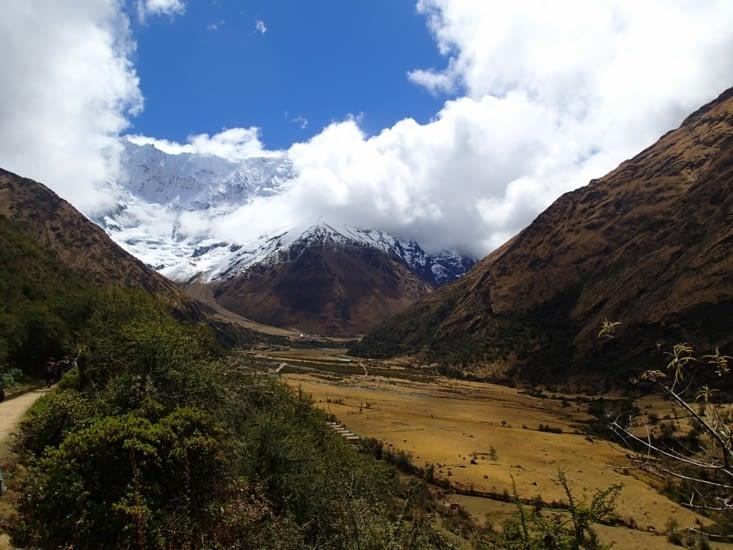 Vous voyez en bas de la montagne enneigée, c'est notre campement !