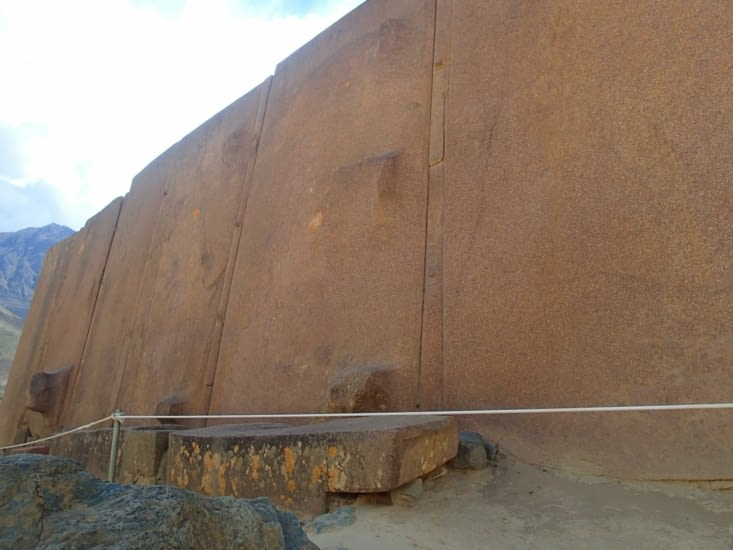 Comme notamment ces énormes blocs rocheux assemblés entre eux à la perfection.