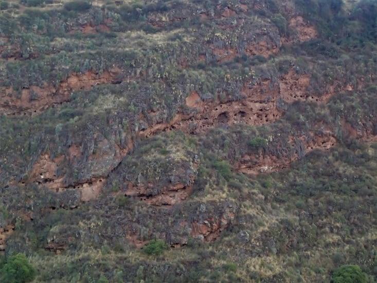 Croyant en la réincarnation, les corps étaient placés en position fœtale dans la montagne.