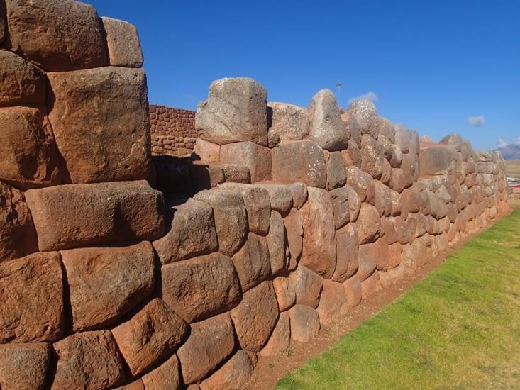 Fameux murs incas où chaque pierre est taillée de façon à s'emboîter parfaitement.