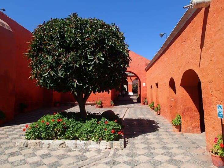 Les murs du couvent sont fait en tuf de lave (pierre de lave et roche calcaire).