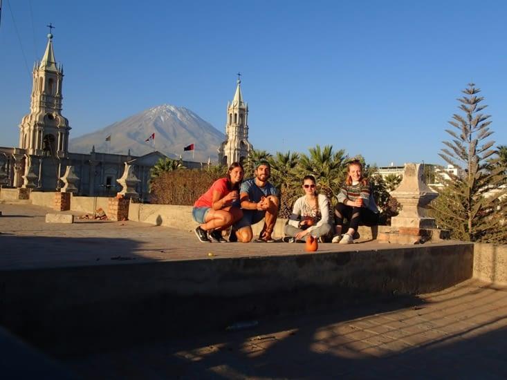 Petit rooftop au sunset avec nos 2 parisiennes rencontrées lors du Salkantay Trek.