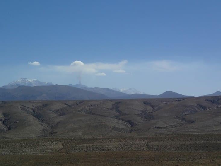 Départ pour 6h de bus. En fond de la photo, on peut voir un volcan en activité.
