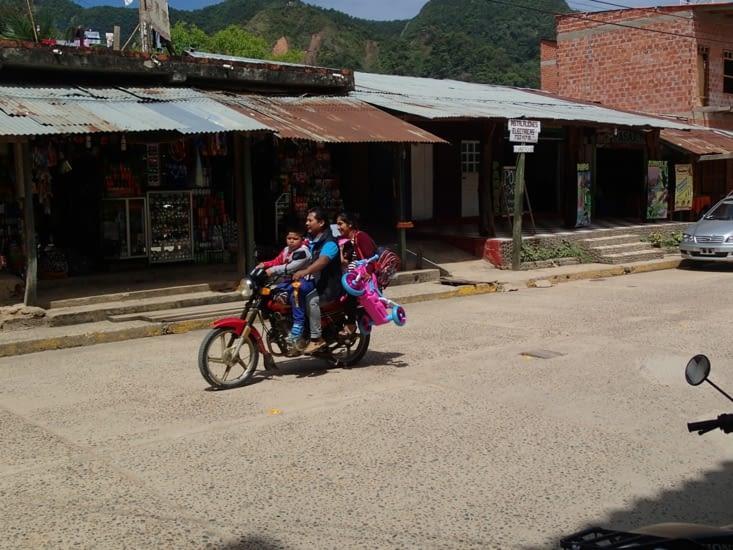 Ici tout le monde a une moto et ça transporte toute la famille jusqu'à 5 personnes !