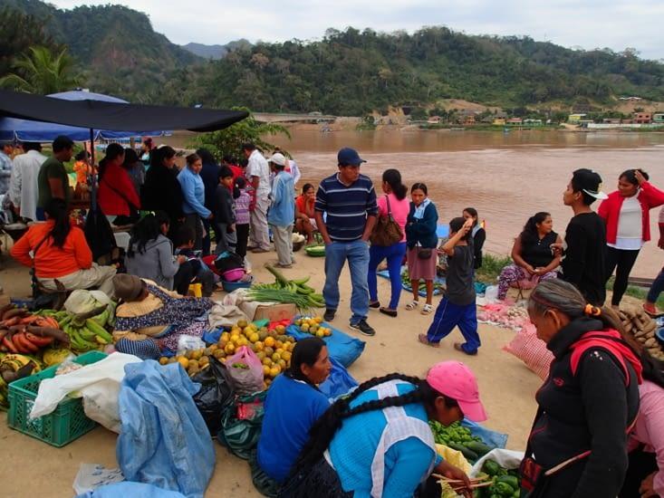 Le marché au bord du fleuve, on en a profité pour goûter les spécialités.