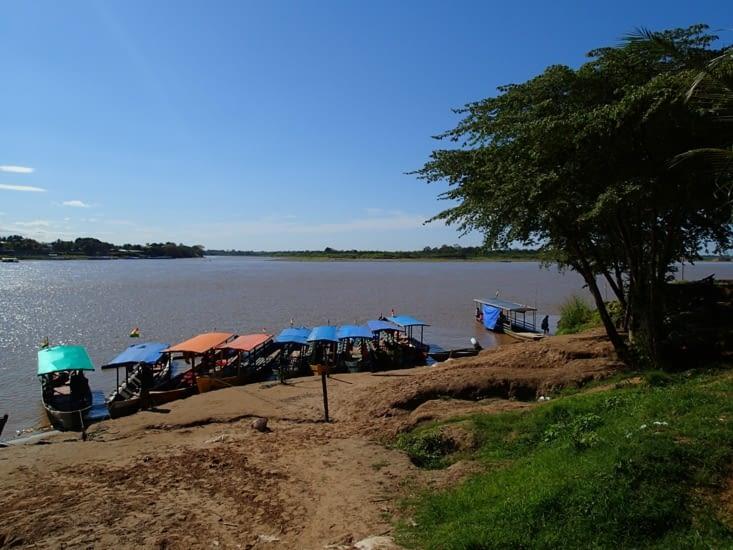 Petite plage au bord du fleuve Beni. On peut y voir les pirogues défiler sur l'eau.