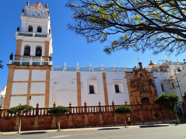 La cathédrale est à l'image de la ville, un style très coloniale.