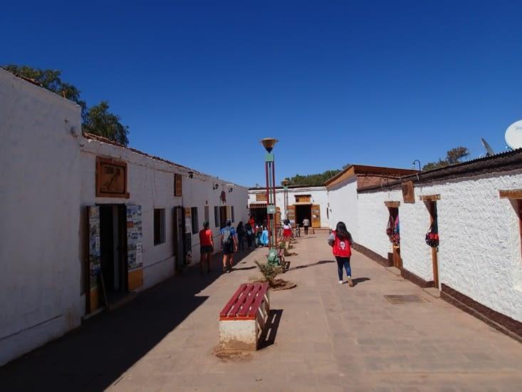 La calle Caracoles, la rue principale de la ville, où se trouvent toutes les agences.