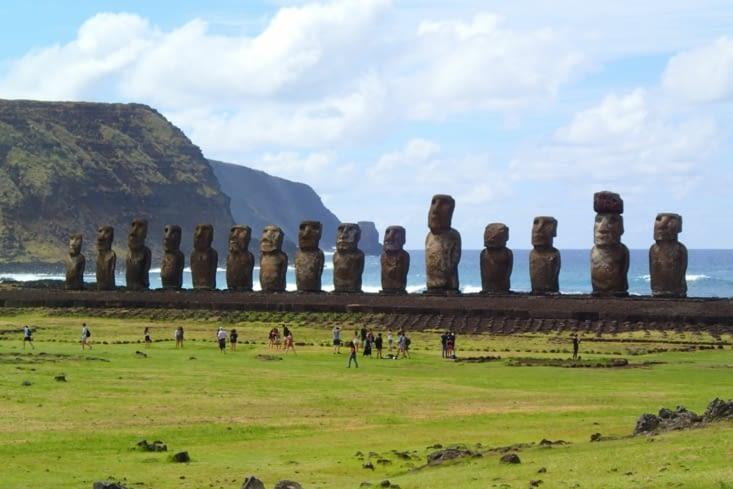 Ahu Tongariki. C'est le plus grand site moaï de l'île. 15 moaï géants !