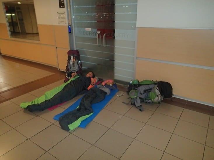 Nuit à l'aéroport de Santiago en mode clochard en attendant notre vol ! Pas si mal 😉