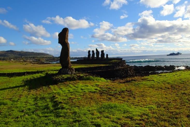 1er site moaï : Ahu Tahai, le plus près de la capitale.