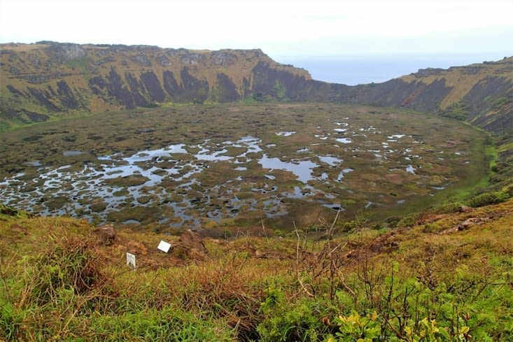Un point de vue incroyable sur le cratère du volcan Rano Kau qui domine l'océan.