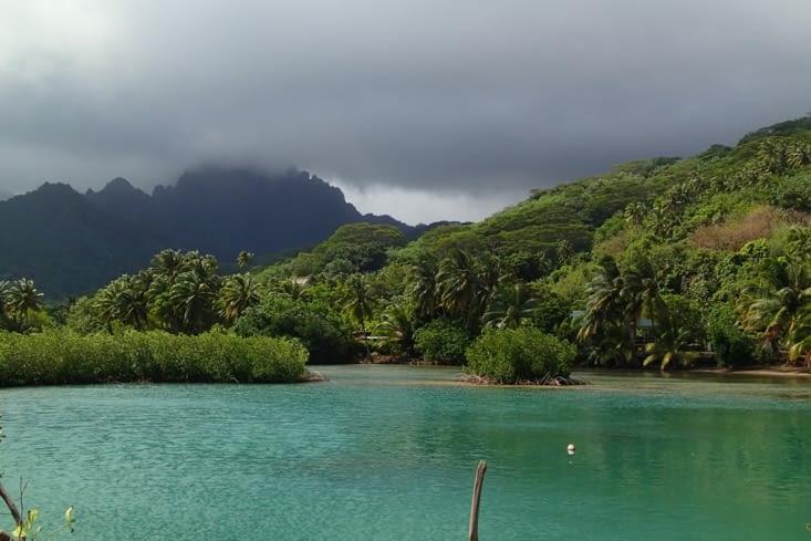 En fait, il y a une route qui fait le tour de l'île et le reste c'est que des montagnes.