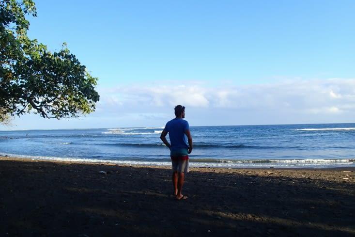 Guillaume toujours à la recherche d'un spot de surf... Mais en vain.