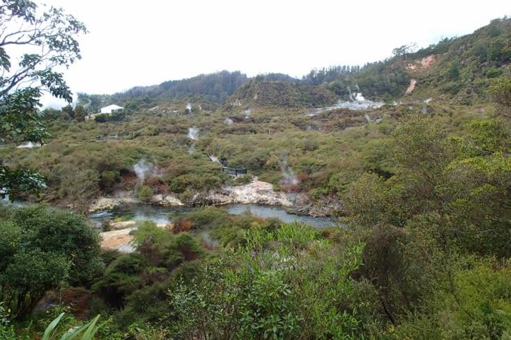 Les fumerolles s'étendent à des kilomètres à la ronde.