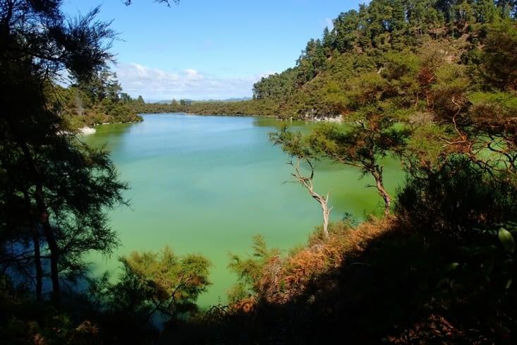 Lac Ngakoro avec vue plongeante sur la vallée de Wai-O-Tapu.