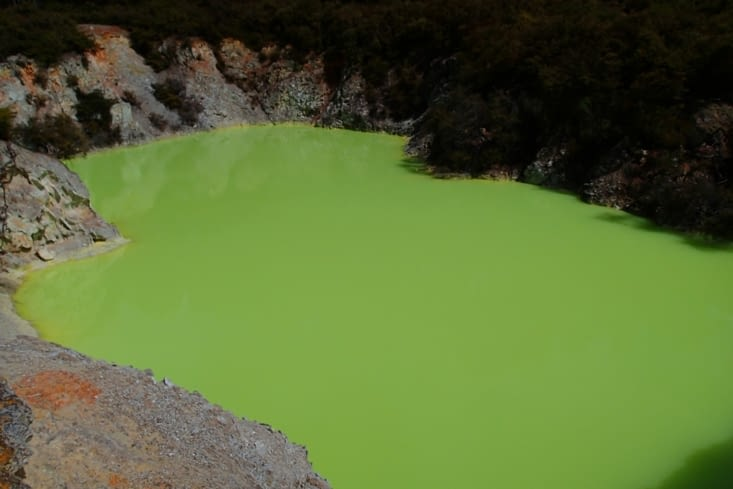 Le Bain du Diable. Plus il y a d'arsenic, plus l'eau est verte.