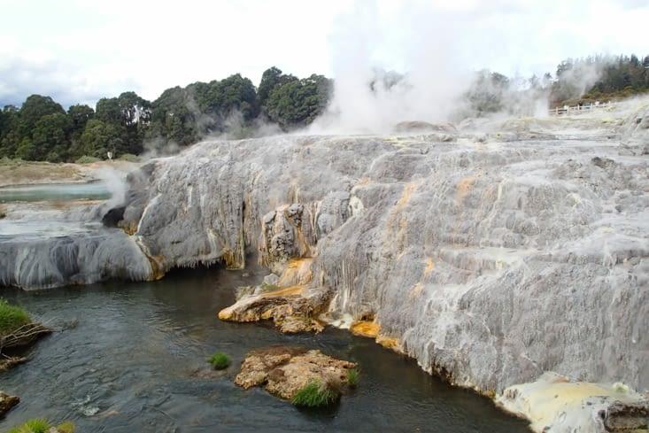 Voici le plus gros geyser de l'hémisphère sud : le geyser Pohutu.