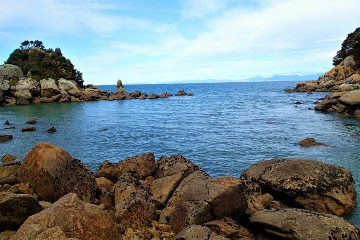 Allez pour se détendre, petite balade dans les criques et escalade dans les rochers.