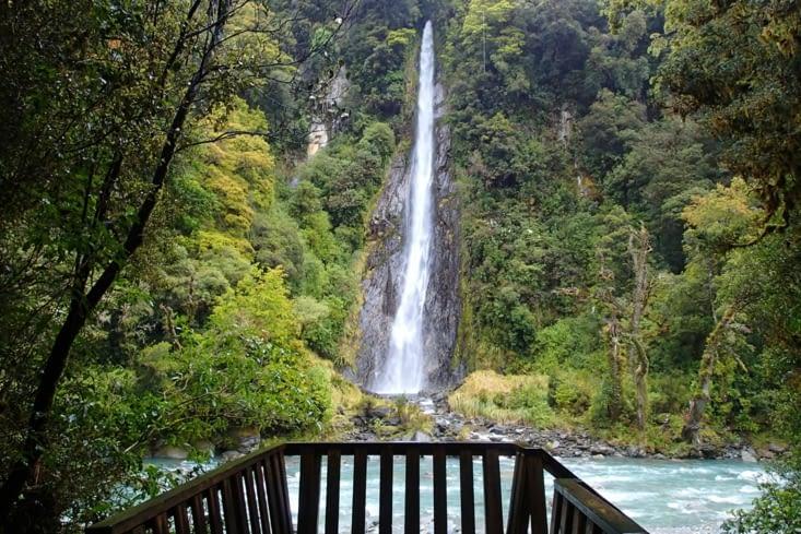 Avant d'atteindre Wanaka, la route est entourée de nombreuses cascades.