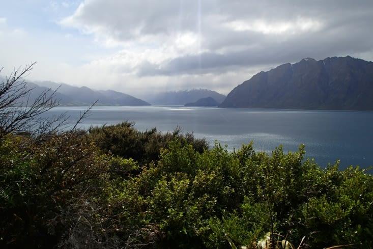 Allez on arrive bientôt à Wanaka. Paysage de montagnes et grands lacs à gogo.