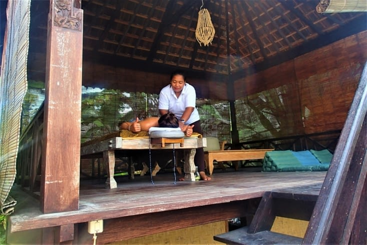 Ah oui et j'allais oublier... Il y aussi une table de massage dans notre petite cabane !