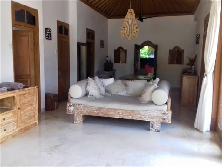 Intérieur de la maison. Bois blanchi et grandes dalles de travertin.