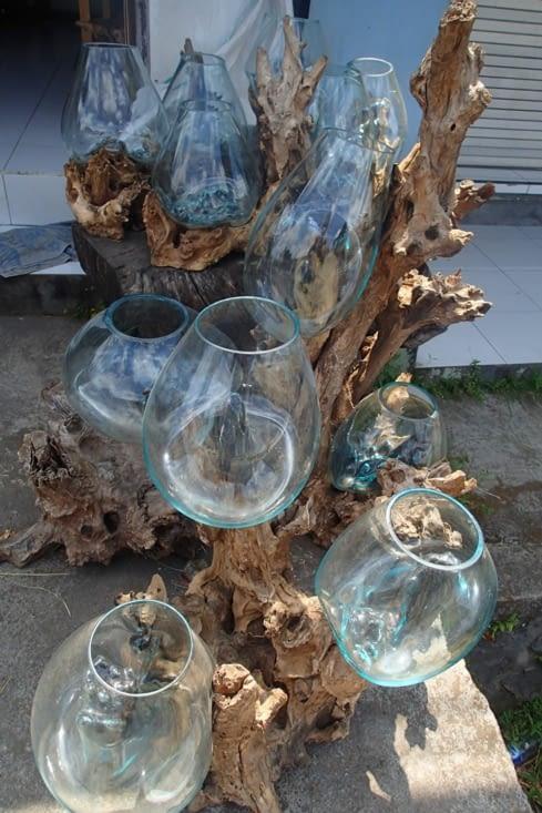On a trouvé ça trop beau ! Du verre soufflé sur du bois flotté. (En plus ça rime !)