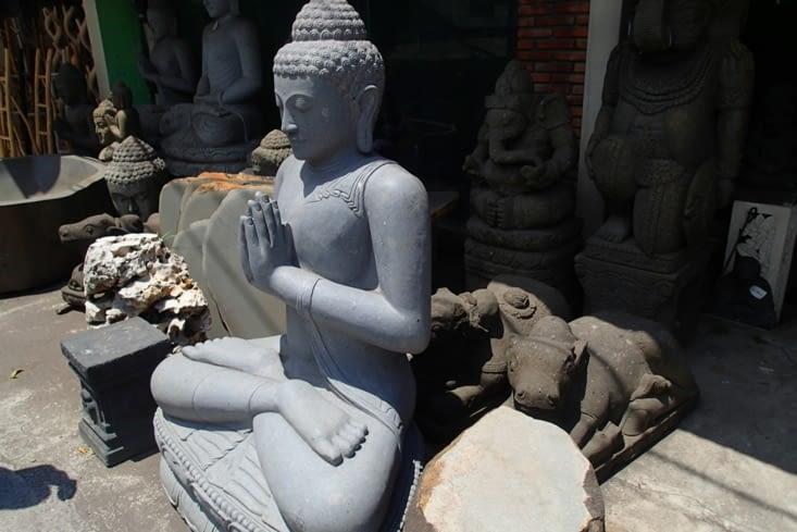 C'est parti pour découvrir l'artisanat balinais. Des statues en veux-tu en voilà !