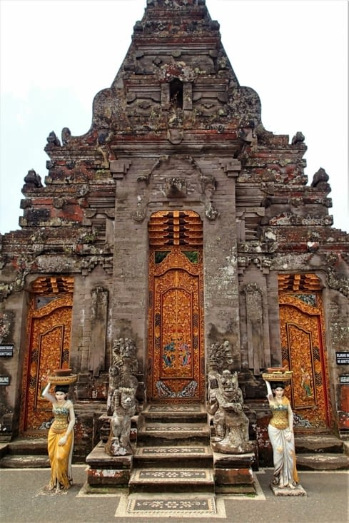 Temple Candikuning dans la région des lacs. Un peu déçu car hypeeeeer touristique !
