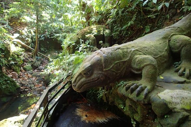 Un dragon de Komodo sculpté et recouvert de mousse. Dans 1 semaine on les verra en vrai ?