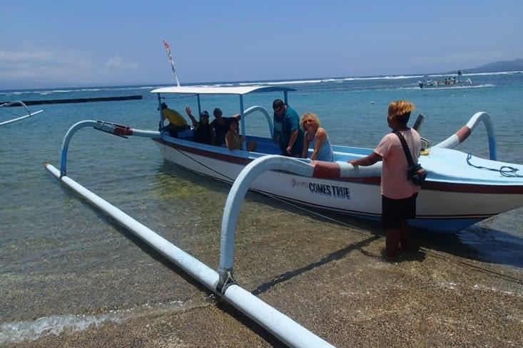 Première excursion sur un jukung, le bateau traditionnel balinais. Direction Watson Bay