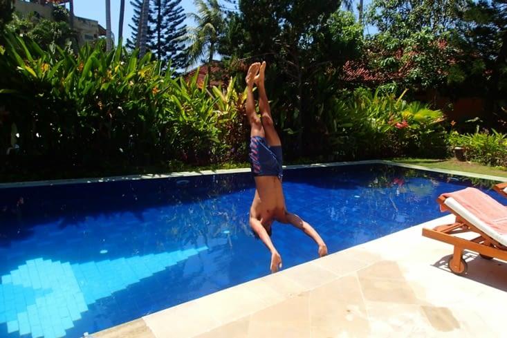 Pendant que Guillaume est pépère en train de faire ses acrobaties dans la piscine.