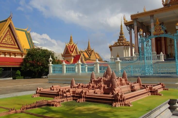 Il y a même une reproduction en miniature du temple d'Angkor Wat.