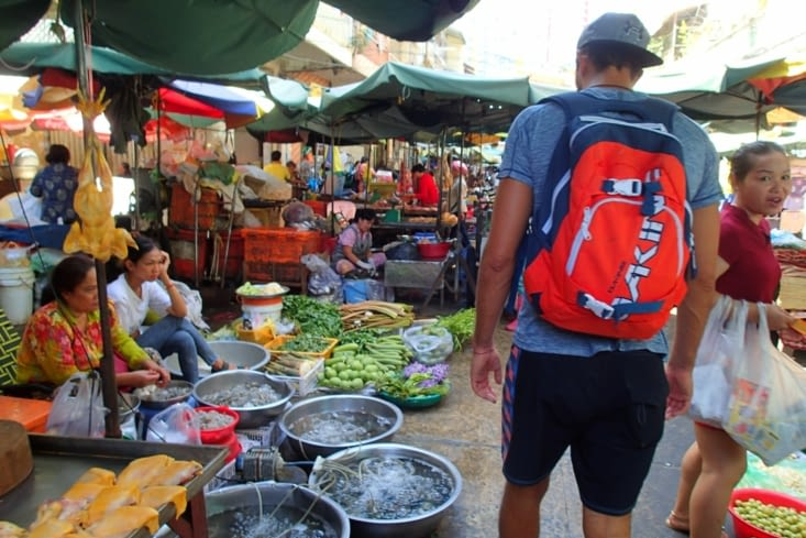 Plusieurs marchés sont en pleine rue. Un sacré bazar mais c'est sympa.