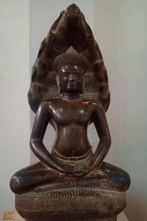 Ce musée abrite une grande collection d'art khmer. Ici Bouddha sous la protection de Nâga.