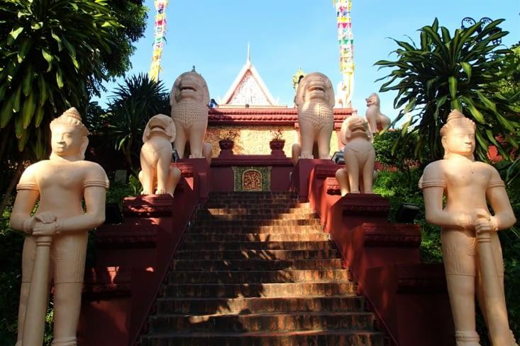 Nouvelle journée, changement de décor direction le wat (temple) Phnom.
