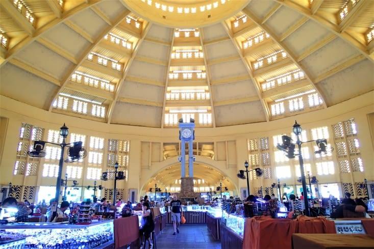 Voici le marché central de Phnom Penh. Je sais on dirait une gare.
