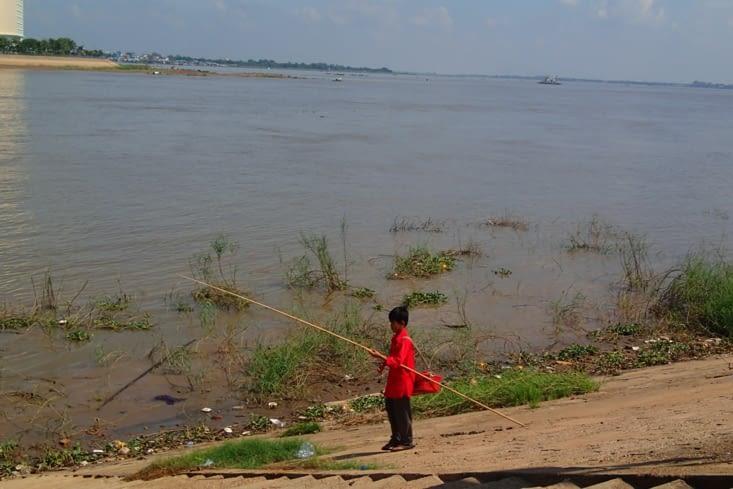 Petite balade sur les berges du Mékong où l'on croise un petit pêcheur.