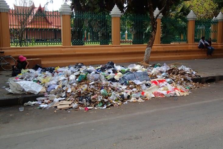 Bon toujours le même constat... Ils centralisent leurs déchets mais dans la rue...