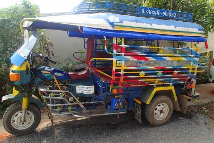 1ere différence avec le Cambodge : les tuks-tuks ! Chacun son style !