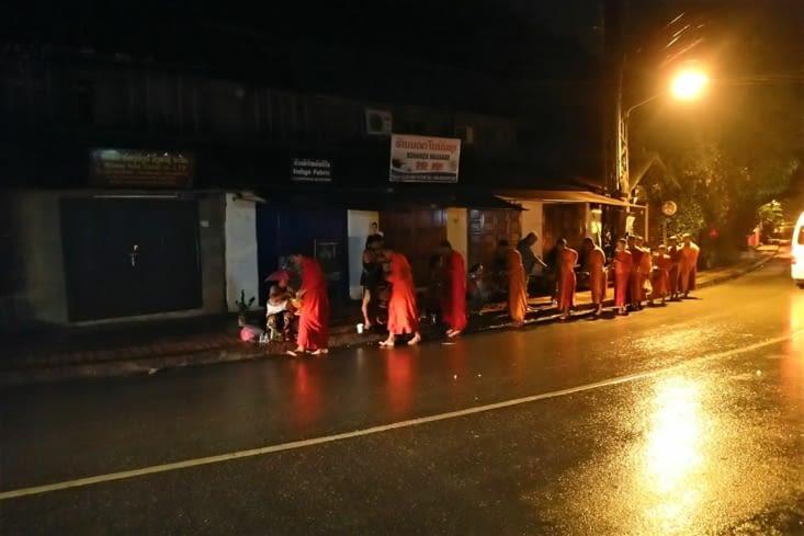 Les moines défilent partout en ville à partir de 5h pour récolter les aumônes des locaux.
